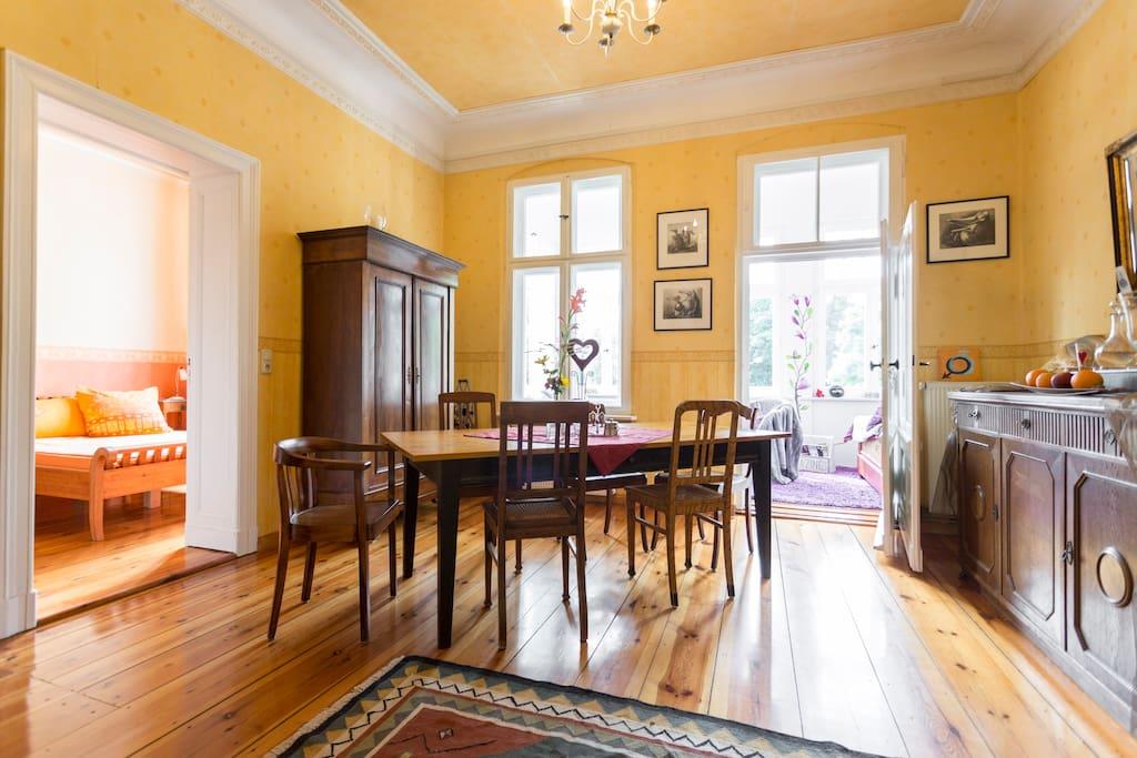 Das gemütliche Wohnzimmer mit großem Esstisch