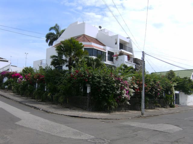 Stylish garden home near the beach. - Manta - Condo