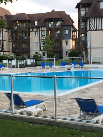 Appartement confort vue piscine condominiums for rent in for Piscine deauville