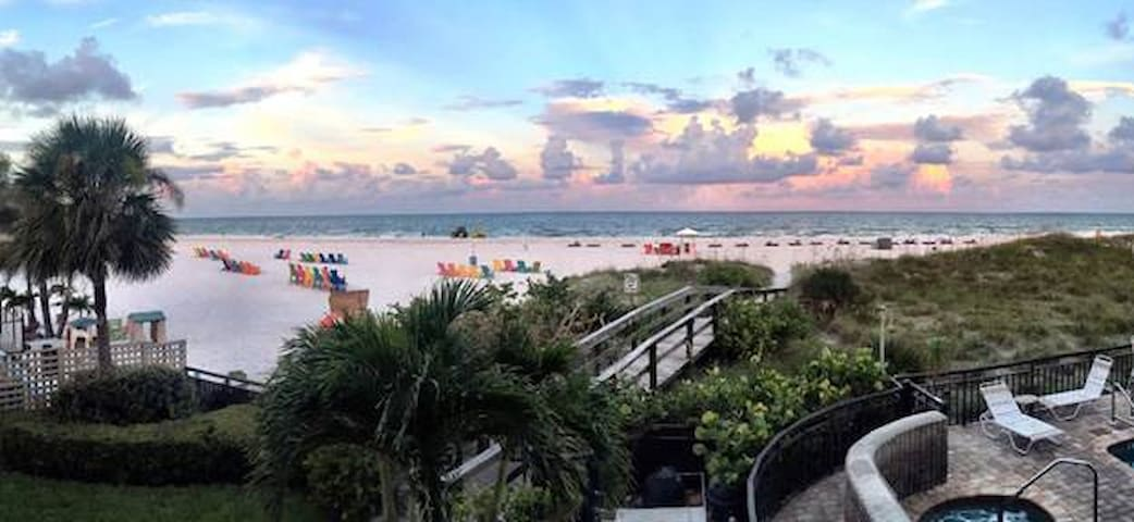 Beachfront vacation condo, sleeps 4 - Saint Pete Beach