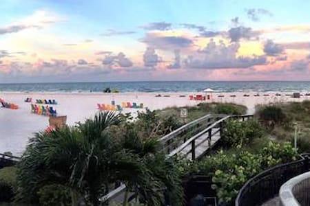 Beachfront vacation condo, sleeps 4 - Saint Pete Beach - Kondominium