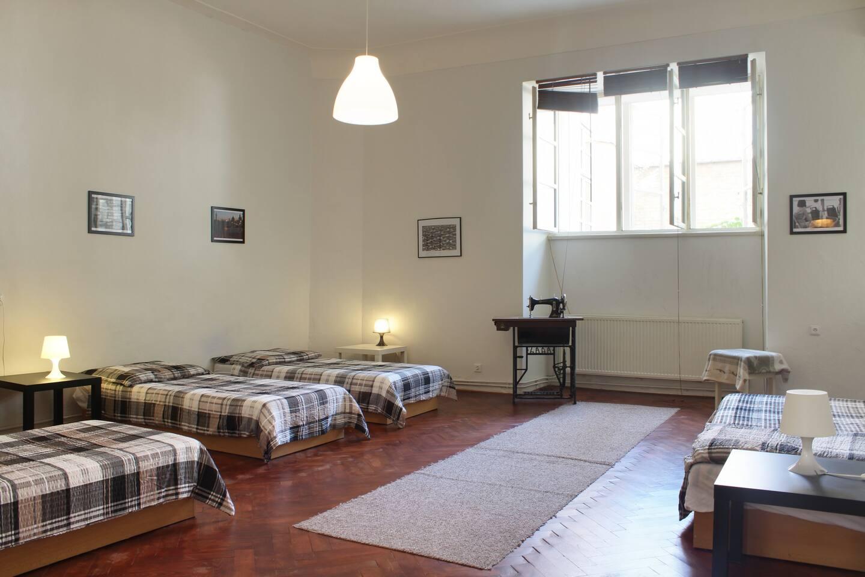 la camera grandissima, con i soffitti alti.