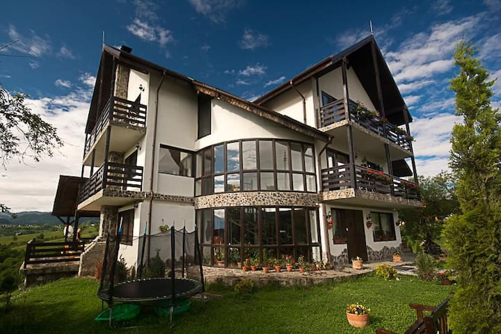 Lodge with incredible views,close to Bran - Peștera - Bed & Breakfast