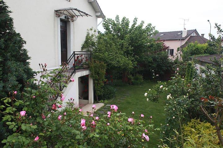 Jolie maison familiale avec jardin maisons louer - Mobilier jardin yvelines vitry sur seine ...