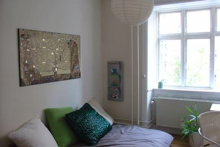 Super hyggeligt/cozy værelse/room centralt i Cph - Kööpenhamina