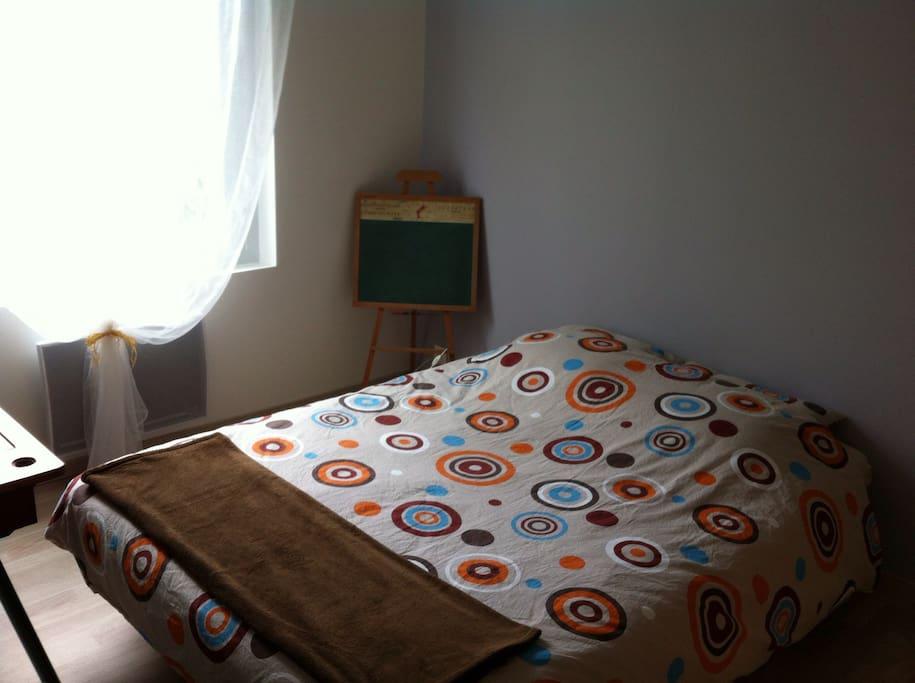 Et voici votre chambre avec un vrai lit!