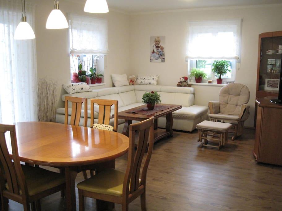 Gerne teilen wir unser Wohnzimmer mit unseren Gästen. We are happy to share our living room.