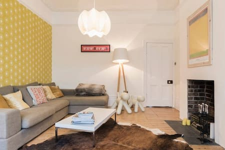 CRASHPAD,  FAB AREA, 5 MINUTE WALK TO CENTRAL LINE