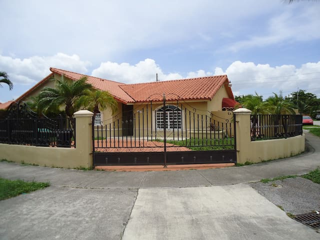 Beautiful house 3 2 family patio houses for rent in for Big houses in miami