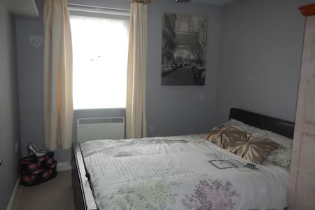Double bedroom & private bathroom - Aldershot