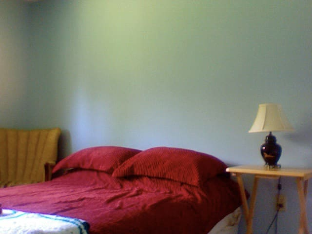 clean one bedroom w/private bathroom