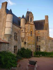 Pavillon au CHATEAU pour Puy du Fou - La Chapelle-Gaudin - House
