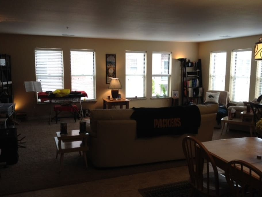 Large living space that connects to kitchen/dinning