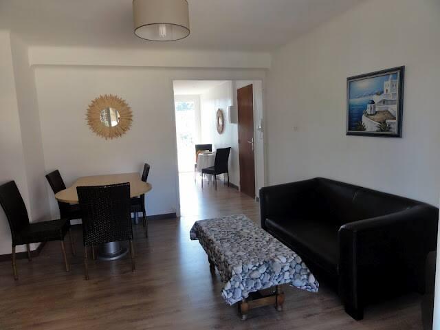Très bel appartement  meublé entièrement refait de type 3 . l'appartement traversant au 1er étage avec une double exposition est-ouest et vue sur jardin(aucun vis à vis), offre une surface de 68 m2, 2 chambres  de plus de 10 m2, une cuisine rénovée et entièrement équipée avec terrasse 8m2(machine à lavée et lave vaisselle), une salle de bain, ainsi qu'un grand séjour avec terrasse 8m2. l'appartement est très lumineux, le sol est en (excellent état) il dispose d'une climatisation réversible, d'une porte sécurisée , deux belles terrasses, parking privé fermé...