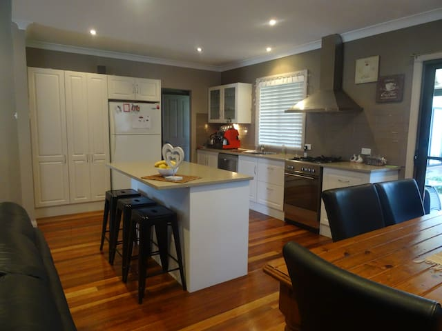 Large Renovated Family Home - Marks Point - Casa