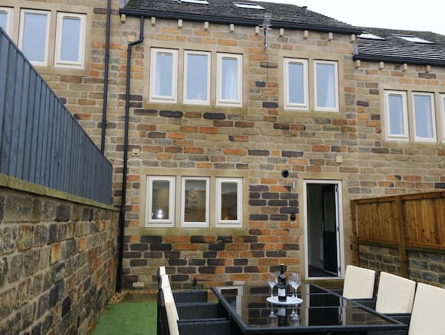 Modernly Furnished Town House with Garden, Shepley