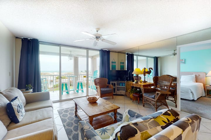 Bright & Inviting condo, 2 beach chairs & bicycles included, Near shopping