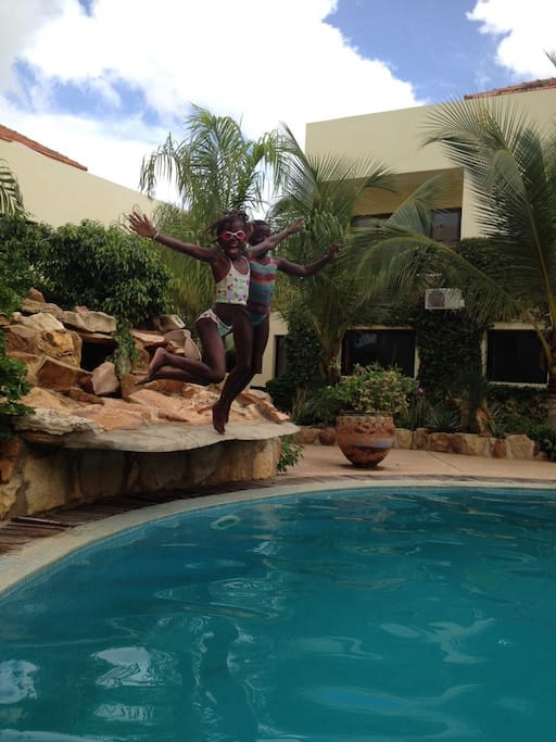 Plongeoir de la piscine. Moments de détente pour vous et les enfants