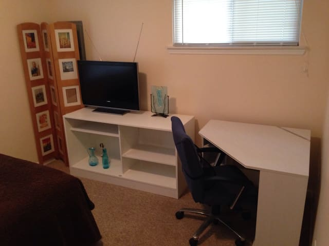 Simple, Clean 10' x 10' room #1 - Hazel Park