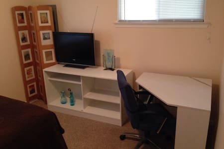Simple, Clean 10' x 10' room #1 - Hazel Park - Casa