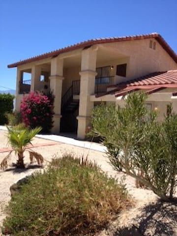 Peaceful Desert Condo w/ Garage - Desert Hot Springs - Appartement en résidence