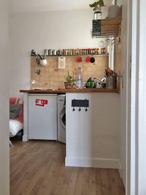 Une petite kitchenette fonctionnelle