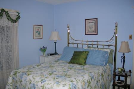 Three Oaks Guest Inn - BLUE ROOM - Valley City - Talo