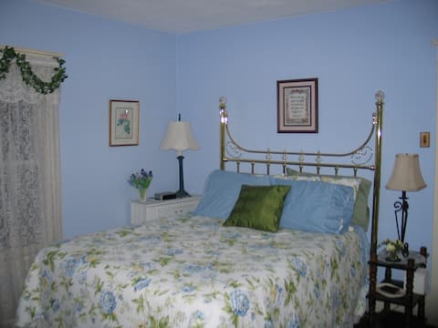 Three Oaks Guest Inn - BLUE ROOM