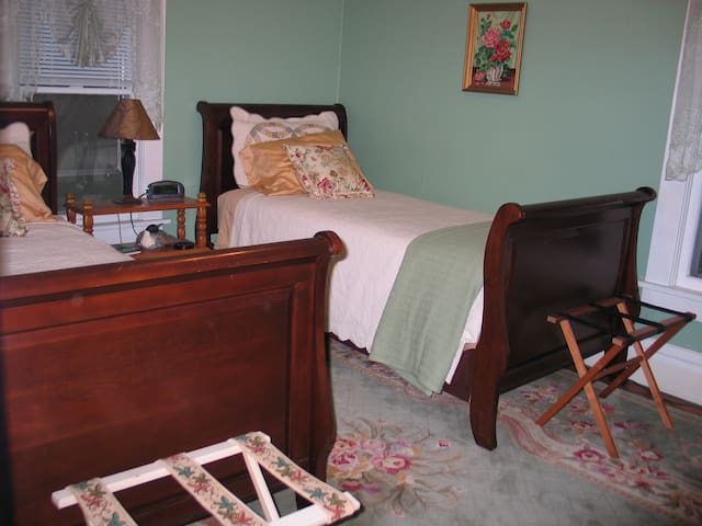 Three Oaks Guest Inn - GREEN ROOM