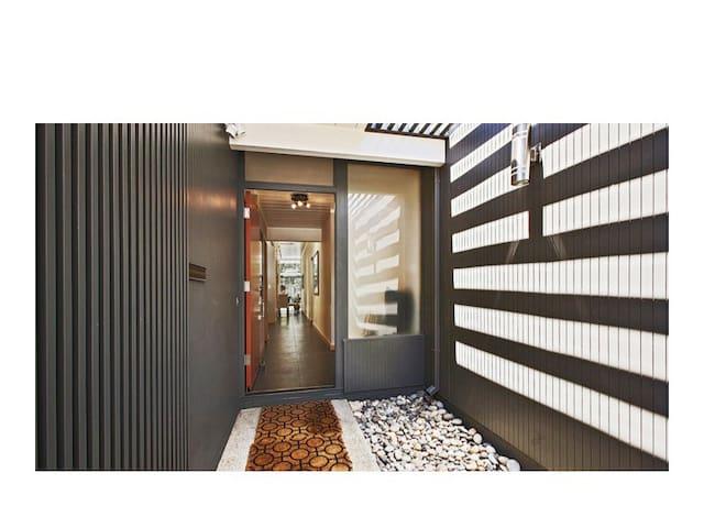 Modern 5 Bedroom Palo Alto Home-sleeps 10!