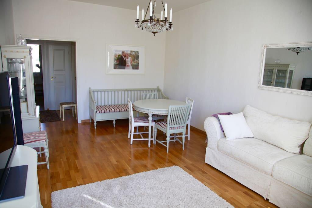 Furniture from  the right century fits the image of the apartment - Kustavilainen kalustus sopii talon henkeen.