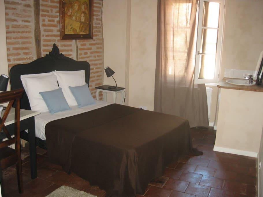 Une chambre avec tomettes et colombages