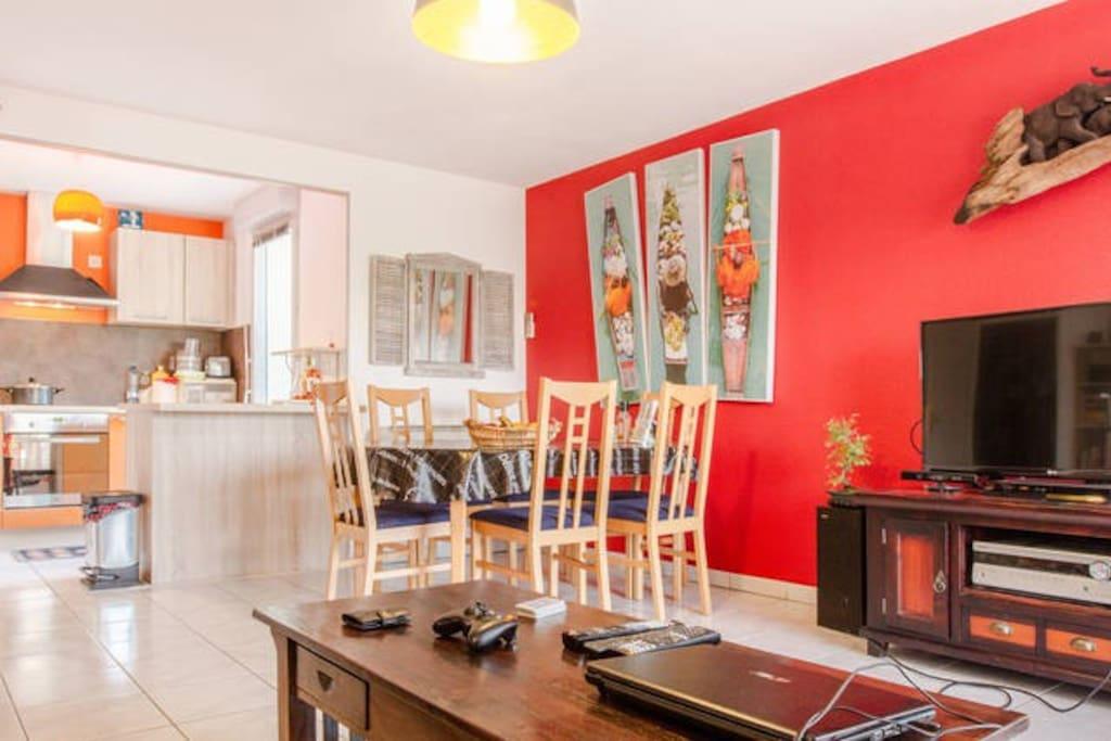 Mon salon / cuisine : spacieux et ... plutôt jolie la déco non ?