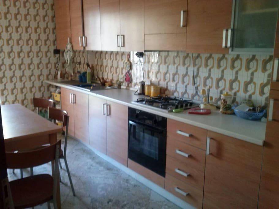 cucina spaziosa con balcone