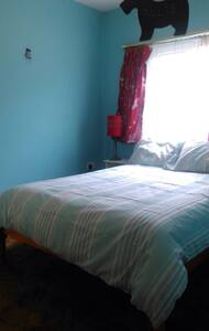 This comfortable double bedroom with your own bathroom is perfectly located in a hidden house right in Eyre Square! Less than 5 minutes walk to the train and bus stations makes a great gateway to explore Galway City. Guests can feel right at home with full kitchen access.