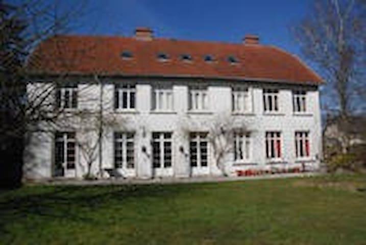 Chambre dans demeure ancienne - Coucy-le-Château-Auffrique - Casa