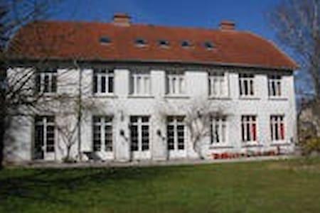 Chambre dans maison ancienne - Coucy-le-Château-Auffrique
