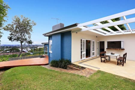 Renovated beach house, ocean views - Narraweena