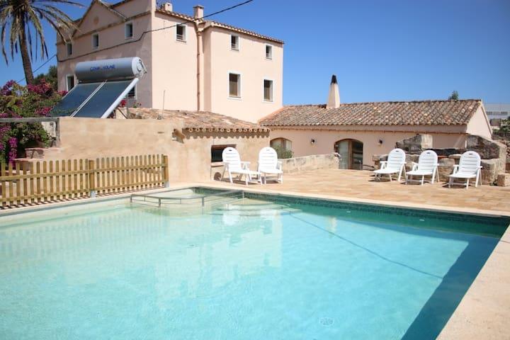 Vista de la casa y piscina