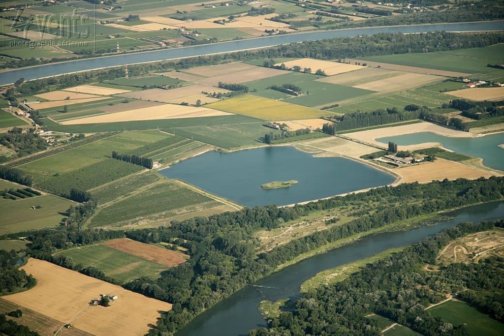 La situation du Domaine du Balafray entre deux lacs privés