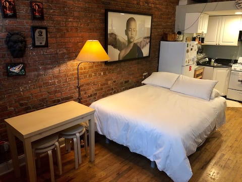 Trendy East Village apt for 4! Street level apt