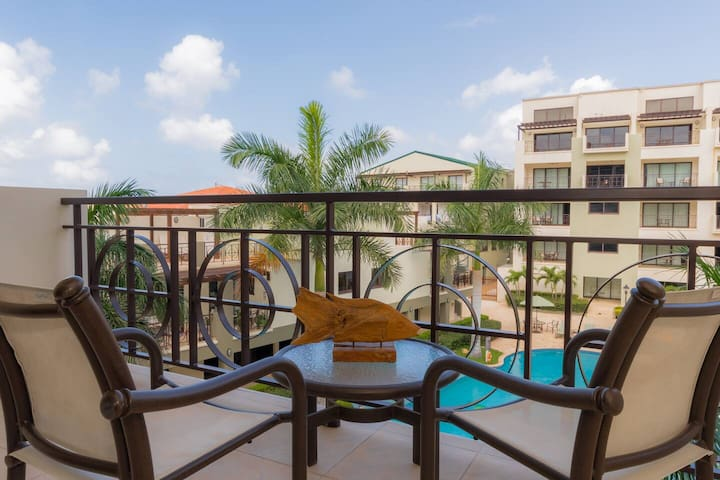 1 bedroom condo in Palm Beach with balcony & pool