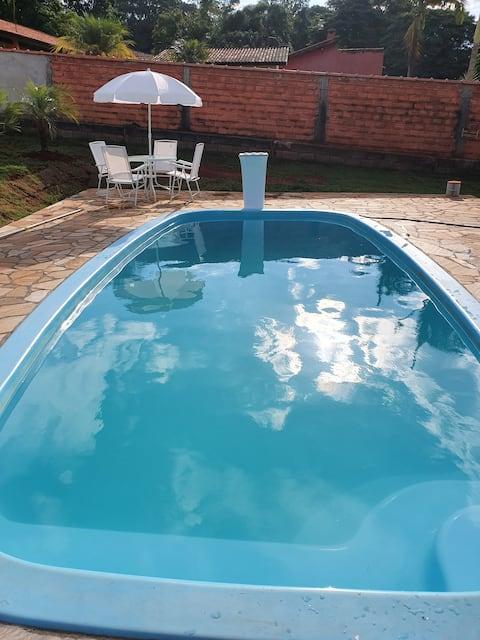 Chácara com piscina em condomínio fechado