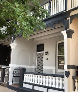 Beautiful terrace in Keppel st very close to CBD