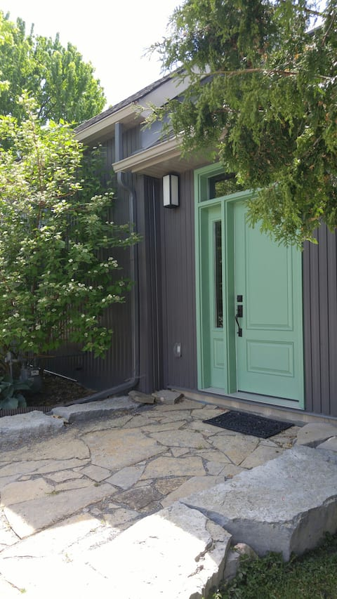 Modern Airy Downtown 2 Bedroom Home