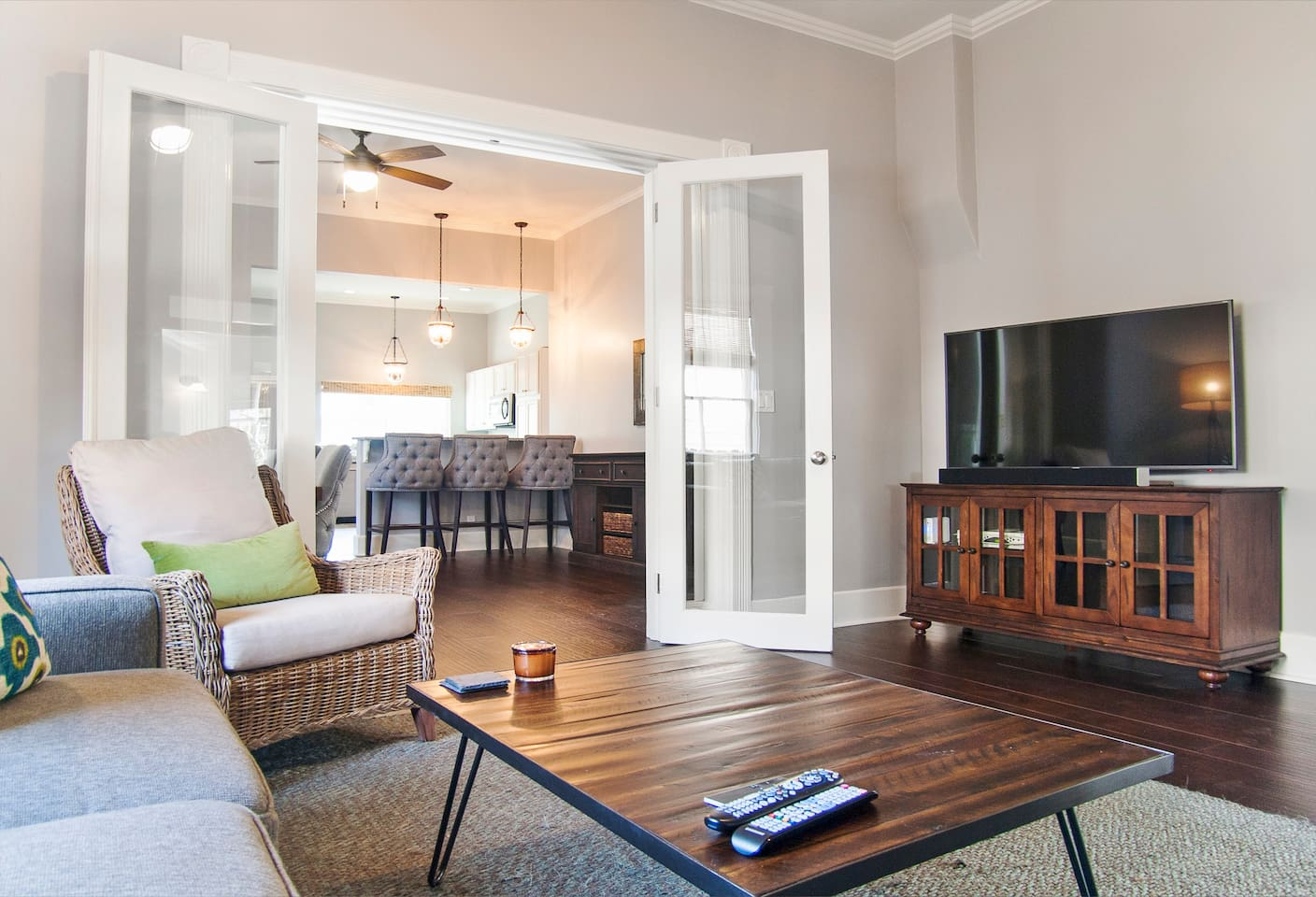 Living room and SUHD TV with cable, HBO and Netflix
