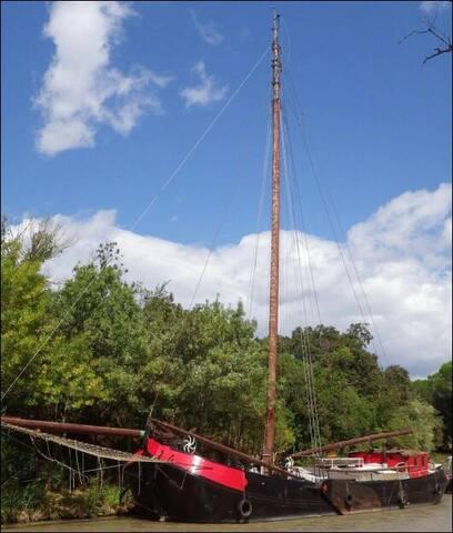 Coloc bateau pirate canal du Midi proche Narbonne