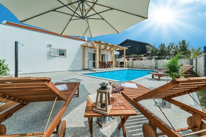 Villa Abi with pool - Sabunike