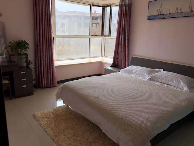 朝阳大主卧,采光好,配备1.8×2.0米大床,舒适的品牌床垫和超大衣柜,实用梳妆台