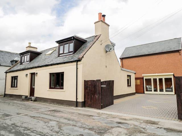 MACLEAN COTTAGE, pet friendly, with open fire in Beauly, Ref 987831